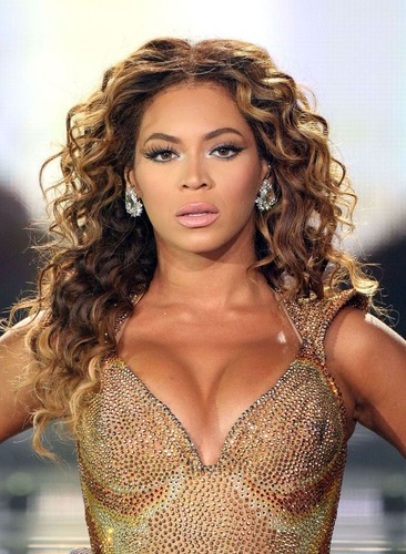 Изображение с http://hollywoodpresents.ru/wp-content/uploads/2012/10/beyonce_cleavage_01.jpg