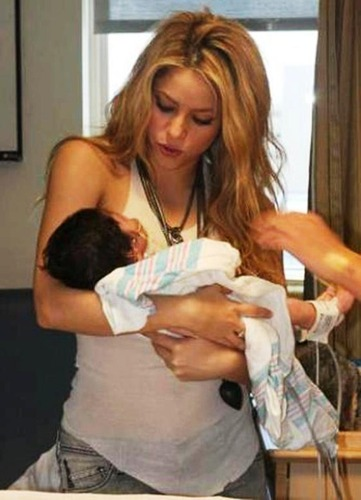Изображение с http://images6.fanpop.com/image/photos/32200000/Shakira-Childbirth-should-be-in-January-2013-shakira-and-gerard-pique-32251851-1024-1417.jpg