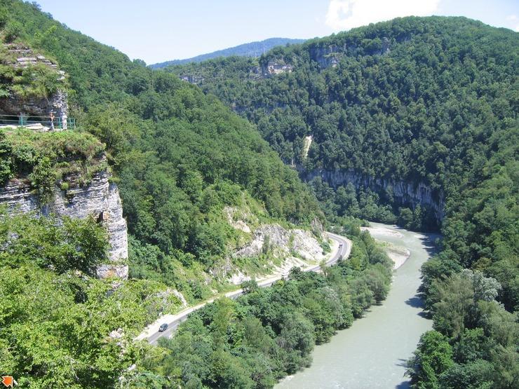 Вид на ахштырскую пещеру