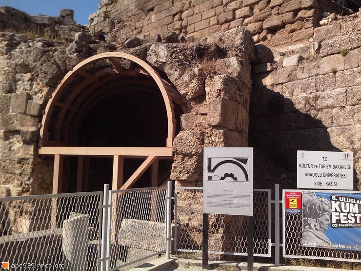 Древнейший в мире платный туалет в театре г.Сиде