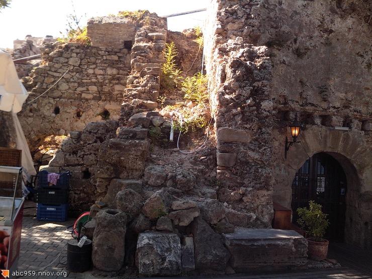 Магазинчики в древних руинах