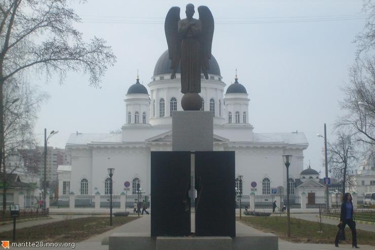 памятник всем погибшим. на ярморочном проезде перед собором