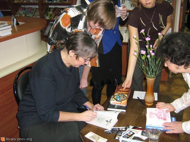 Елена Крюкова с читателями