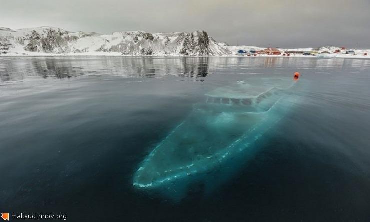 Затонувшая яхта, Антарктида.jpg