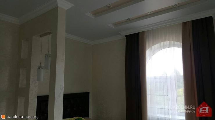 Remont-v-kottedzhe-natyazhnyie-potolki-v-dva-urovnya-s-nishami-pod-svetilniki.jpg
