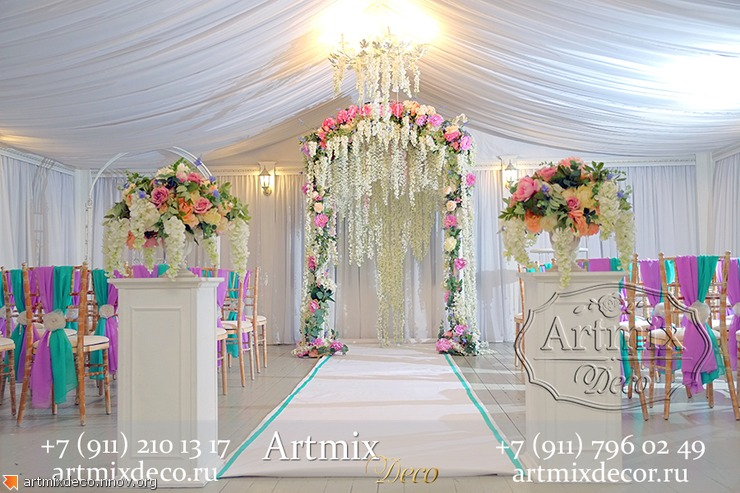Свадебная церемония , арка из цветов глицинии
