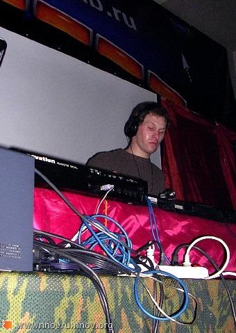 DJ крайне сосредоточен